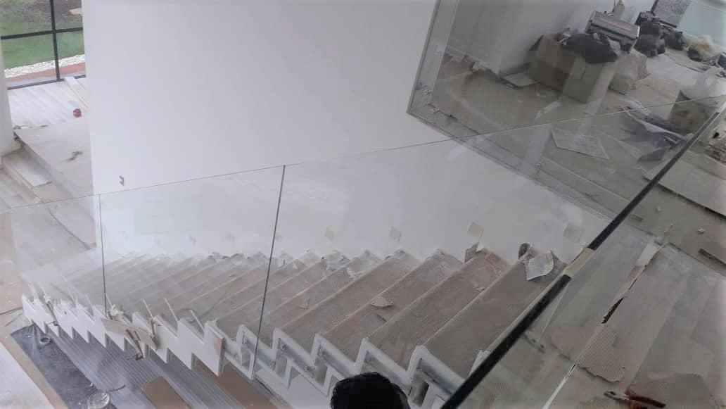 escalera baranda vidrio y estructura en hierro